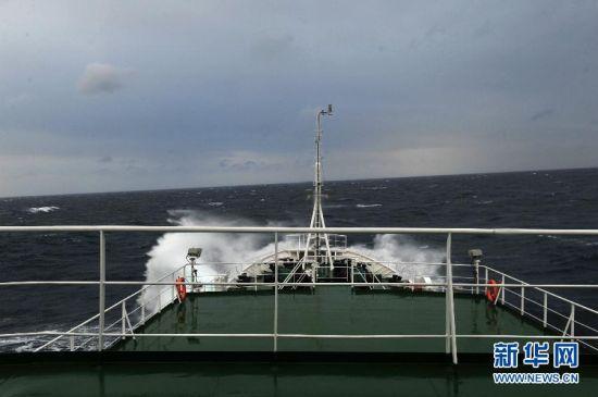中国海监船编队抵达钓鱼岛附近海域巡航