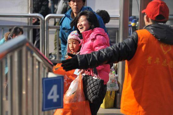 春运志愿者情暖回家路