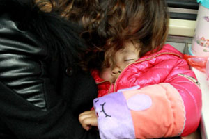 母亲抱着自己的孩子入睡
