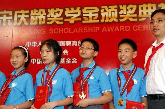 """7月31日,获奖""""好少年""""在领奖台上。新华社记者任珑摄"""