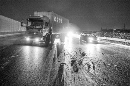 上海:道路结冰打滑致事故骤增 货车追尾集卡轿车撞护栏