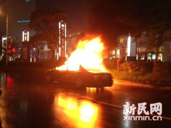 奔驰S级豪华轿车被大火包围并最终烧毁。来源:网友供图