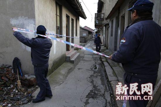 航头镇沈庄老街民房内一女子身亡,警方展开现场调查。新民网 萧君玮 现场拍摄