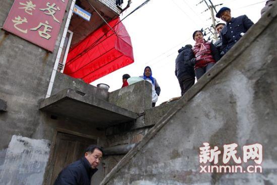 附近居民称19日晚间有相当多居民围观事发地。新民网 萧君玮 现场拍摄