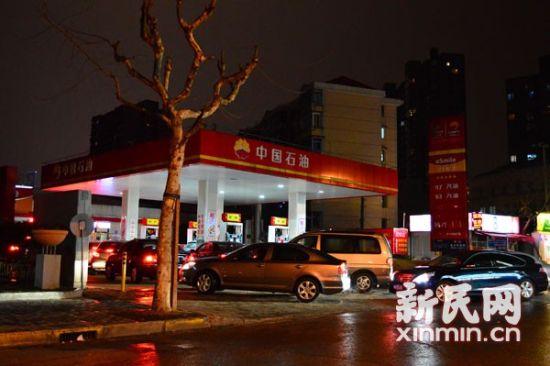 司机在中石油加油站排队加油。新民网记者卜春艳 摄