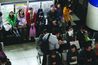 浦东新区交易中心里许多交易者正在排队等待办理 晨报记者 殷立勤