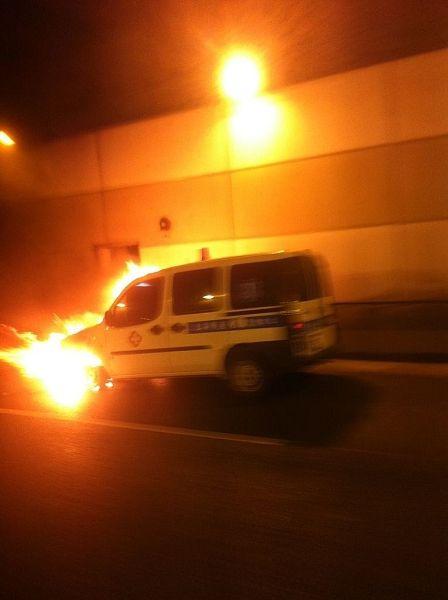 中环北虹路地道一救护车自燃。读者供图