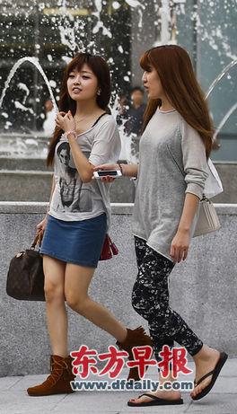 昨日,恒隆广场前,两名女士身着夏装。早报记者 杨一 图