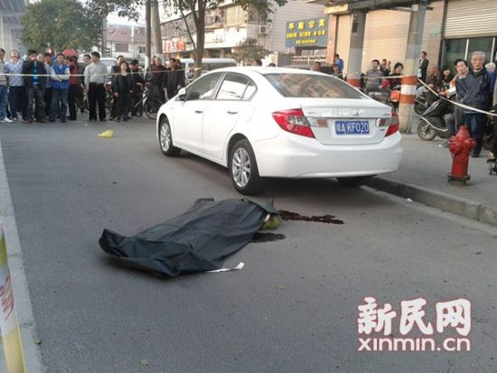 女子坠桥身亡引发大量群众围观。通讯员段雨菲 摄