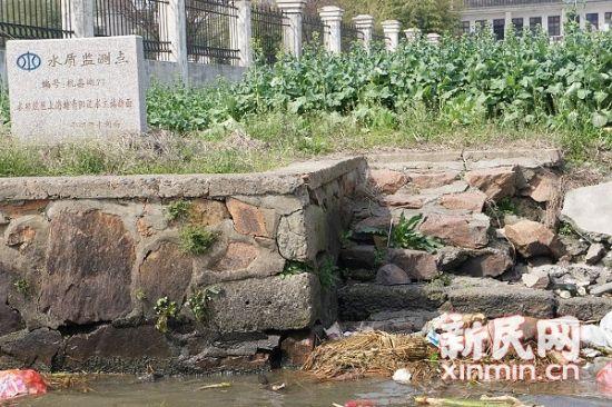 松江环保部门溯源而上,一路都见到死猪。图为平湖市水利局设立的水质监测点。图来源:松江环保局