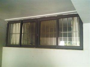 囚禁女孩的地下室窗户。 本版图片由深圳晚报记者 马超 摄