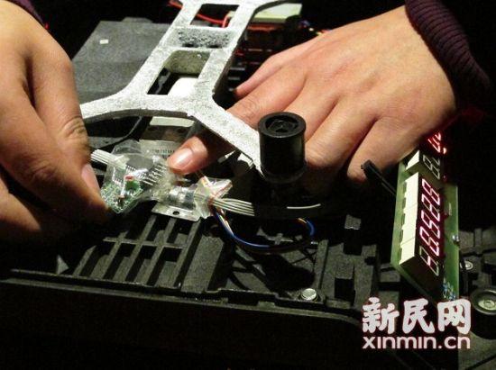 质监执法人员在电子秤内发现了遥控接收器。 新民网记者 沈文林 现场回传