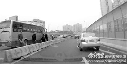 行车记录仪拍下了6名外籍人士在高架上集体小便的画面。/微博截图