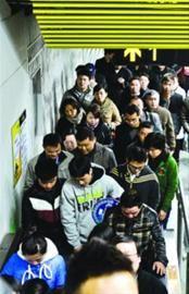 □昨天17点晚高峰时段,3、4号线金沙江站人头攒动。 晨报记者 肖允