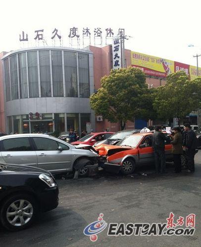 今天下午2点30分左右,上海浦东南汇惠南镇发生一起三车相撞事故。 image