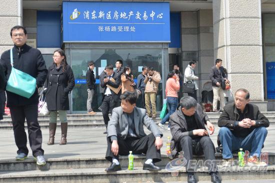 上海国五条细则出台 市民周末过户忙