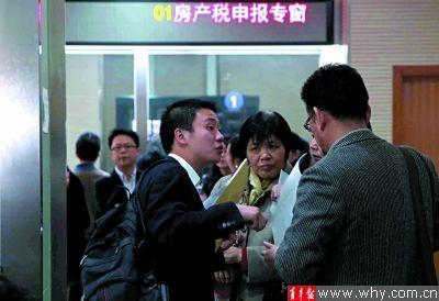 昨天浦东房地产交易中心仍旧人气火爆。本报记者 杨磊 摄