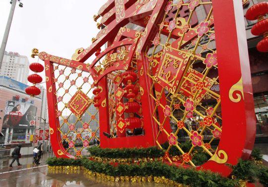 申城街头春节气氛浓
