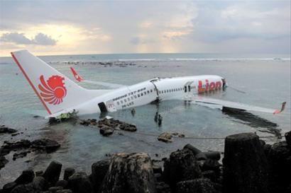 飞机距离地面大约50米时直接降落在海上