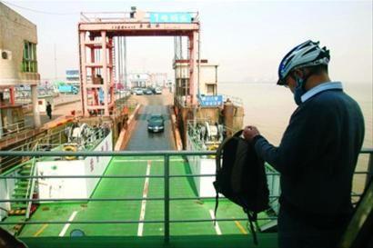 一些到崇明岛骑行的游客选择车摆渡前往南门/晨报记者 杨眉