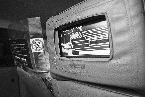 """4月18日,一辆出租车上的""""触动传媒""""广告屏已经换上了软性保护套。  早报记者 张栋 图"""