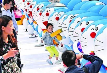100个哆啦A梦空降上海80后父母带孩子前来观看