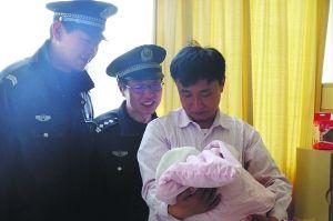 昨天孕妇顺利生产后,地铁工作人员前来探望,抱孩子者为孩子爸爸。