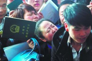 2013年3月5日,张杨路德平路,浦东房地产交易中心,市民在大厅等待叫号,被人群拥挤到的女士叫苦不迭。早报记者 杨一 图