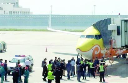 □昨日上午,浦东机场,一架国航班机与一辆工作车发生轻微碰擦,乘客均未受伤。 /CFP
