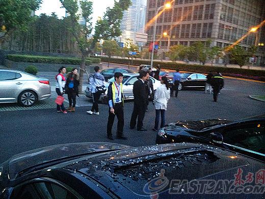 """地面停车场不少私家车因坠落的玻璃""""遭了秧"""""""