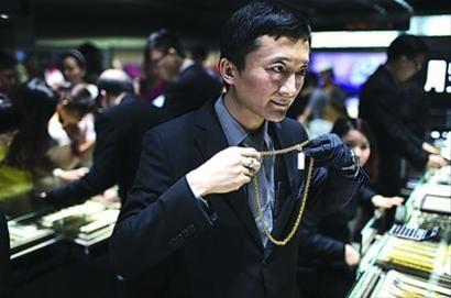 """□顾客在香港的周生生门店购买黄金饰品。受""""买金客""""的追捧,今年""""五一""""出境游方面,香港超越近期一直领先的泰国成为最热门地区。 /本版CFP"""