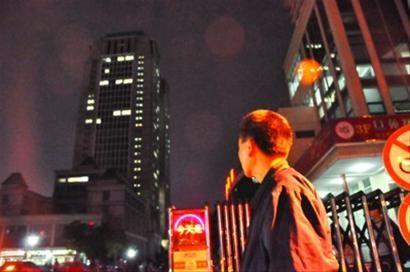 □昨晚临回老家前,老徐最后回望复旦大学光华楼。 /晨报记者 赵磊