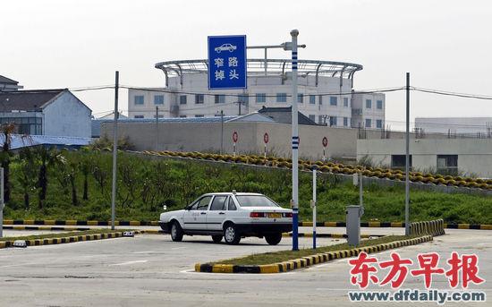 昨天,新增项目窄路掉头正在进行考试。 早报记者 高征 实习生 杨博 图
