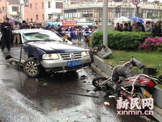 出租车被拦腰撞断,损毁十分严重。新民晚报·新民网 金旻矣 摄