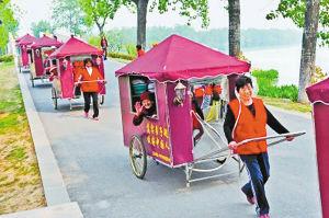 5个花甲老人拉着母亲 从上海一路游到南京