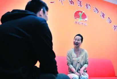 □市阳光社区青少年事务中心的社工卞华正在和青少年谈心。/晨报记者 陈征