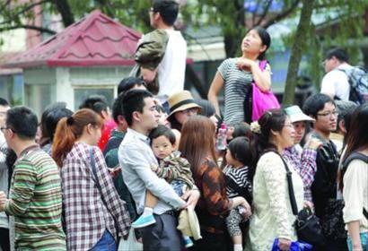 □昨天,上海海洋水族馆门前排队的人群里三层外三层,买票、进馆都要排长队。 /晨报记者 殷立勤