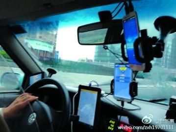 出租车前面挂满了移动终端/网友供图