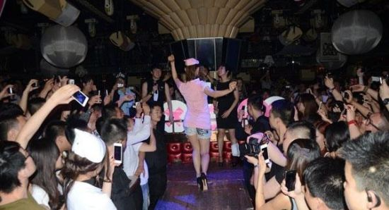 小泽玛利亚凌晨护士装亮相上海夜店 玩制服诱惑