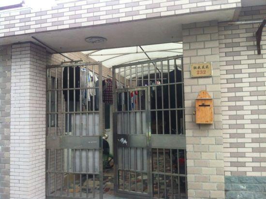 事发的联盛花苑232号居民楼门口。新民网 胡彦珣 摄