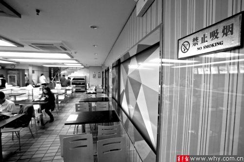 新记营养快餐店内的禁烟标识不规范,少了监管部门的电话。 本报记者 丁嘉 摄