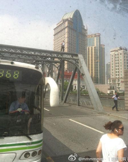 男子爬上外白渡桥欲跳河轻生。来源:新浪微博
