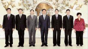 图为新一届市总领导班子成员洪浩(左四)、肖堃涛(左五)、茆荣华(左三)、周志军(左六)、侯继军(左二)、何惠娟(左七)、杨永平(左一)亮相。