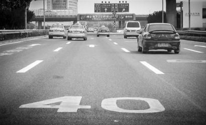 浦东机场限速标志很明显,但出现的位置似乎比一般情况更提前。 /晨报记者 肖允