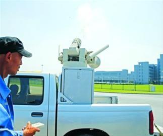 """□虹桥机场的驱鸟车不仅可以说""""鸟语"""",还能发射子弹赶走小鸟。 /晨报记者 殷立勤"""