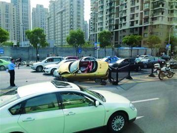 跑车撞坏中央隔离栏后与出租车相撞 /读者供图
