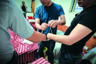 警方在闵行区光华路某浴场内抓获的犯罪嫌疑人 /晨报记者 肖允