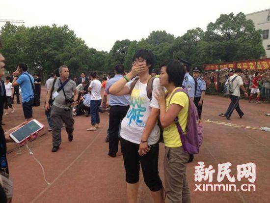 现场一片混乱,民警在维护现场秩序。新民网 记者 陈炅玮 现场回传