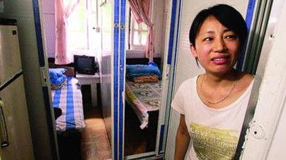 图说:一家地下旅馆的屋子被分割成了只能容下一张床大小的隔间。解放日报 雍凯