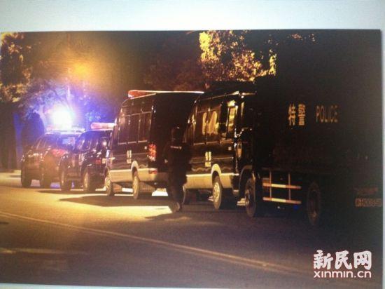 事发现场看到的特警车队。 新民网记者 萧君玮 现场回传